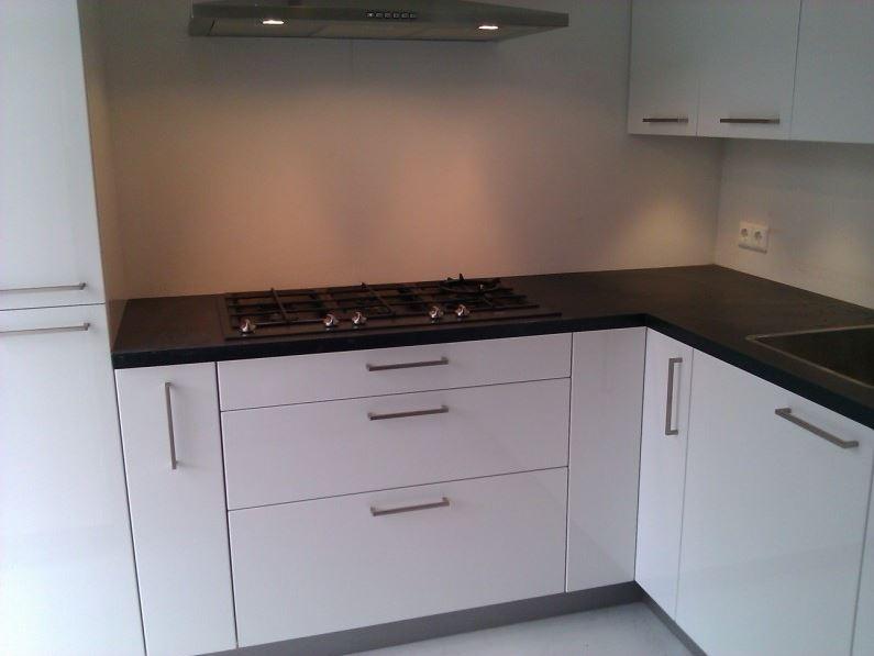 Hoogglans Witte Keuken : Een greeploze keuken met hoogglans witte fronten en composiet
